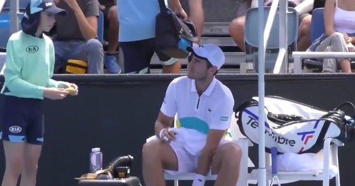 ▷ Árbitro regaña a tenista por pedir a recogepelotas pelar su plátano