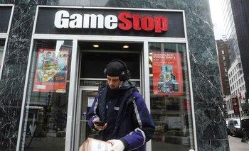 Pugna entre Wall St y minoristas sofoca a fondos de cobertura; GameStop sigue subiendo