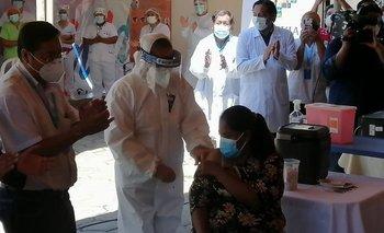 Vacunan contra el Covid-19 a la primera ciudadana en el país