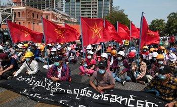 Policía de Myanmar lanza su ola represiva más dura en tres semanas contra manifestantes, dicen los medios