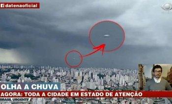 Apareció un OVNI en el vivo de un noticiero en Brasil