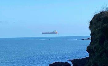 Una ilusión óptica que hace que parezca que un barco está flotando en el aire