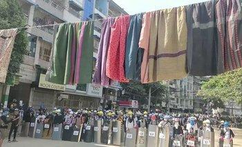 Manifestantes en Myanmar cuelgan ropa de mujer para protegerse