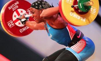 Atleta se parte el brazo en dos levantando pesas