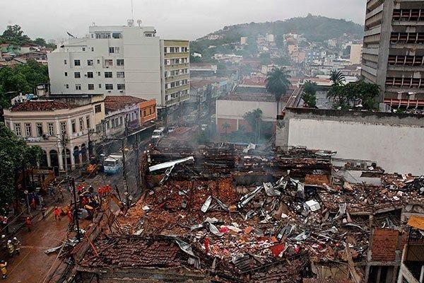 Siete muertos y 17 desaparecidos tras derrumbe de edificios en Río