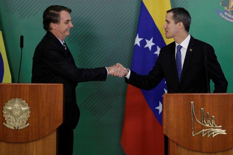 Bolsonaro dice que acción militar de Brasil en Venezuela es 'casi imposible'