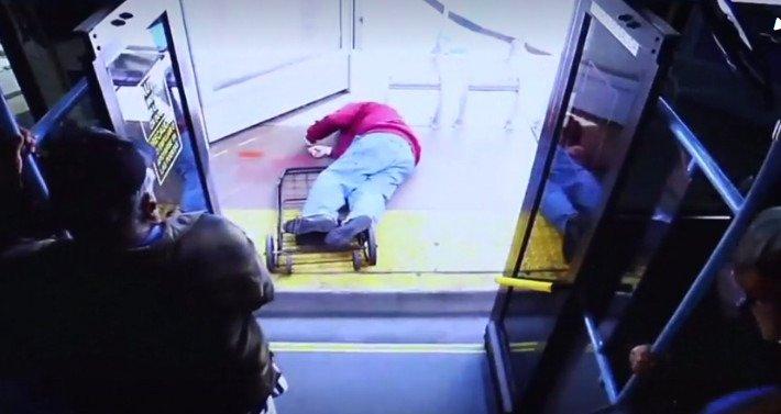 Empuja a viejito en autobús, cae de cabeza y muere
