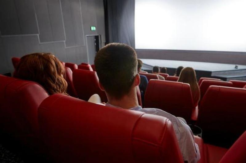 Muere tras quedar atrapada su cabeza en asiento de cine