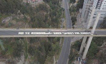 La Paz: Pintan mensajes para evitar suicidios en el puente de Las Américas