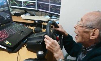 Anciano de 93 años se divierte como niño con simuladores de conducción