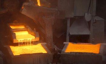 METALES BÁSICOS-Declive del dólar impulsa metales básicos, zinc toca máximo 3 años y cobre gana cerca de 1%