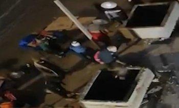 A combazos comerciantes destruyeron jardineras en la avenida República