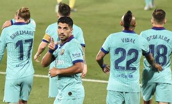 Barcelona goleó por 1- 4 al Villarreal y se mantiene en la carrera por el título