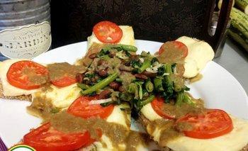 Milanesa de berenjena y zuquini en salsa de lentejas