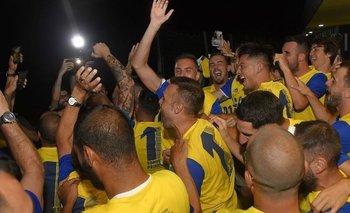 Hinchas del Cádiz celebran su retorno a 'La Liga', sin medidas de bioseguridad