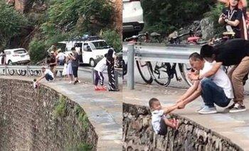 VIDEO: hombre arriesga la vida de su hijo por una simple foto