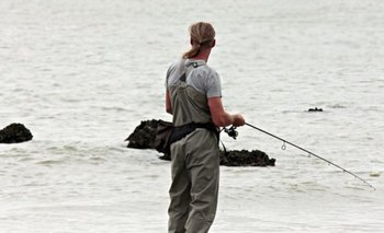 Un pescador se engarzó el corazón con el anzuelo de su propia caña de pescar