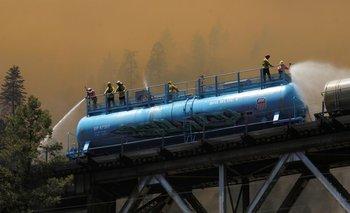 La amenaza de tormentas eléctricas se suma dificultades por contener gran incendio de California