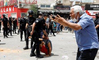 El presidente de Túnez destituye al primer ministro y suspende el Parlamento