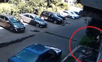 Video: Abuelita atrapa a un bebé que cayó por la ventana de un edificio