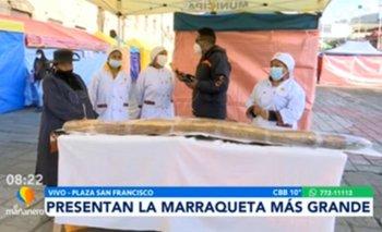 Presentan la marraqueta más grande en la feria del pan en La Paz