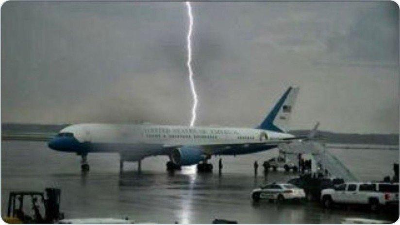 Un rayo cae muy cerca del avión presidencial de Trump