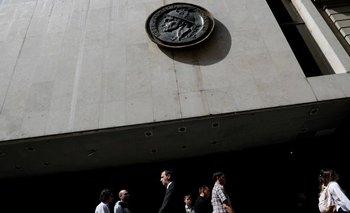 Bolsa argentina sube por compras de oportunidad pero no logra superar temores económicos