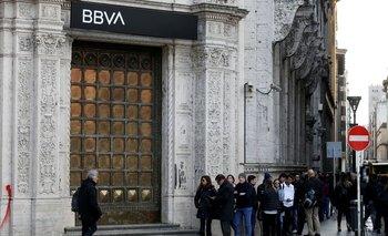 Bancos argentinos no venden dólares por ajuste de sistemas tras endurecimiento cepo cambiario