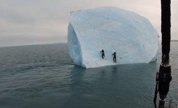 VIDEO: Un iceberg se da vuelta con dos exploradores encima