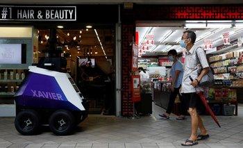 Singapur prueba robots patrulleros para disuadir el mal comportamiento social