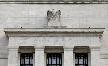 Acciones mundiales operan cerca de máximos récord por apuestas cautas sobre Fed