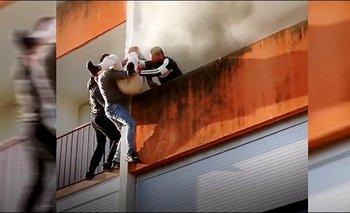 ¡HÉROES SIN CAPA! Rescatan a abuelito de edificio en llamas [VIDEO]