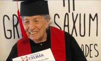¡A los 93 años! Abuelita se gradúa con honores de la universidad