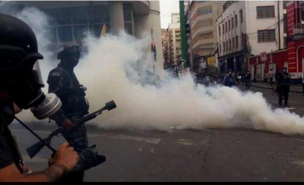 Policía gasifica a manifestantes ante intento de toma de la plaza Murillo - Red Uno de Bolivia