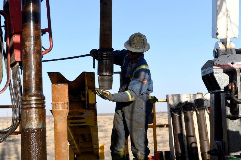 Precios del petróleo cede, inversionistas esperan reunión de OPEP+
