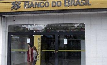 Delincuentes fuertemente armados asaltaron un banco con explosivos