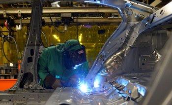 RESUMEN-Actividad de las fábricas se frena en EEUU y el rebrote golpea a los trabajadores