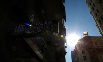 Peso mayorista de Argentina se devalúa mediante control oficial, caen reservas